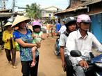 Городской рынок — по сути улочка, по обеим сторонам которой на земле и располагаются все товары и продавцы