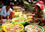 Рынок на сектора не разделен. Рядом с морепродуктами стоят тазики с фруктами. Видимо, санэпидстанции на острове не существует