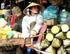 Привлекло внимание не только экзотичность продукта справа, но и гордая осанка красивой вьетнамки