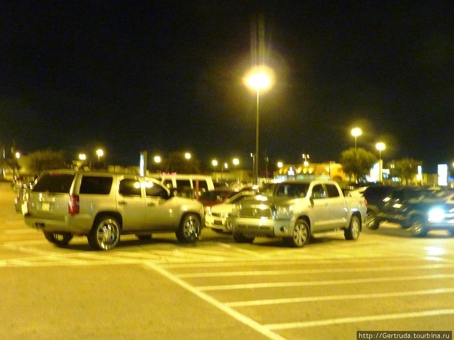 Стемнело, но машин у Фитнесс  центра много.