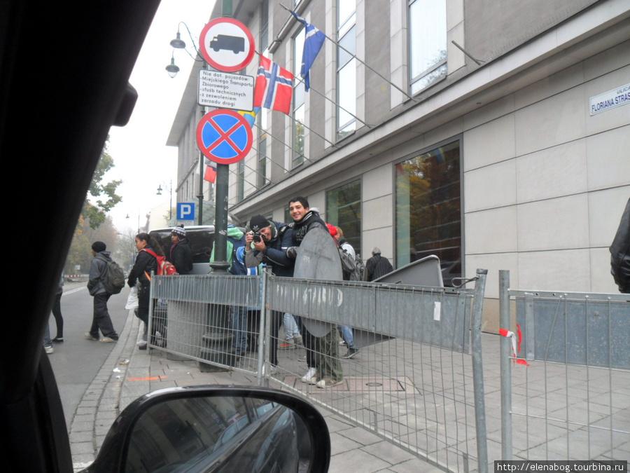Краков, русские юноши фотографируют нас на пешеходном переходе, с криком: