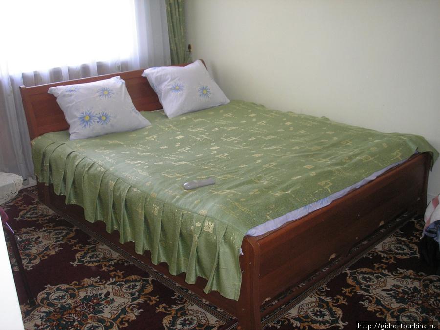 Двухспальная кровать.