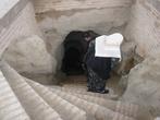 Недалеко от могучего земляного вала были обнаружены и открыты дрeвние буддийские памятники культуры — жилища буддийских монахов. Каменные ступени, которым не меньше 2000 лет, ведут вниз, под земляной купол размером в диаметре 4-5 метров.