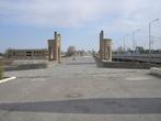 Кирпично-каменный мост через реку Кашкадарья. Построенный в XVI веке он использовался даже для проезда машин вплоть до середины ХХ века. Длина моста 120 м., ширина – 8м, высота над водой – более 5м.