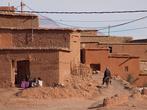 Одна из старинных укрепленых деревень недалеко от Айт-Бенхадду. Часть этого селения старая и заброшенная, а в другой по прежнему живут люди в старых или новых домах.