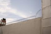 Забор окрашает более менее симпатичная решеточка, а не какое-нибудь битое стекло, как в странах Центральной Америки.