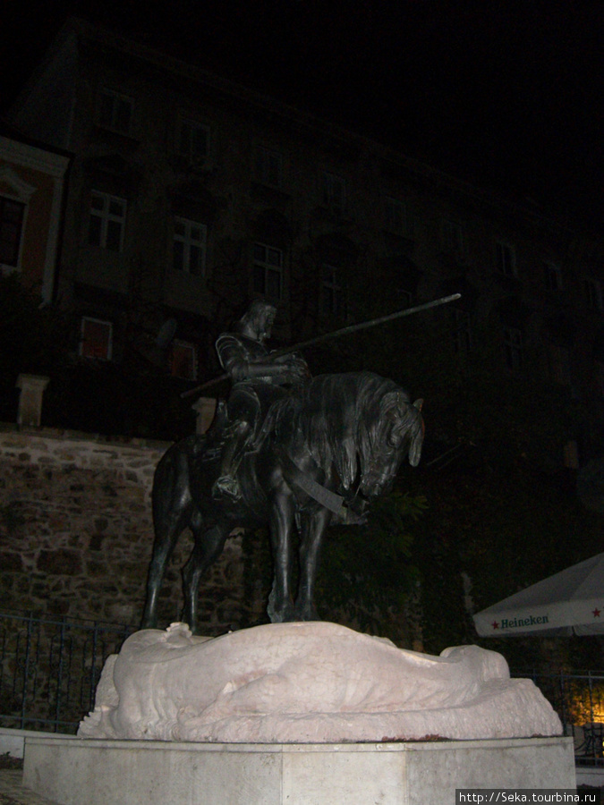 Скульптура Святого Георгия. Фото сделано поздно вечером в Загребе.