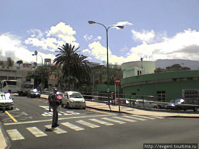 вверху, где пальма -Автостанция, это начало ул.Пеньон- Calle Penon- по ней идти к рест. La carta. Если идти сверху, от автобусных остановок, то у знака