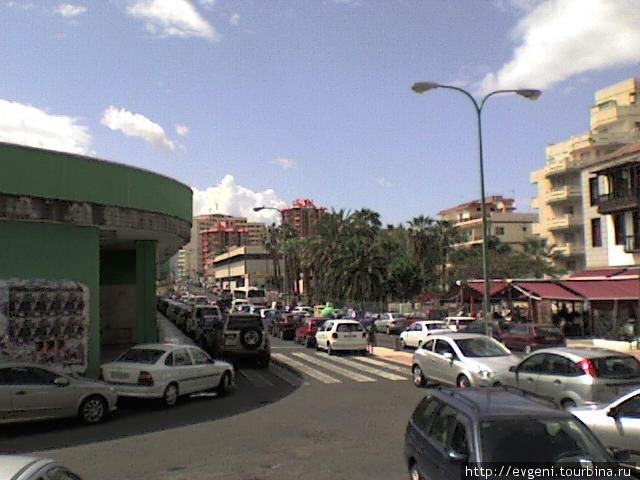 зеленое здание, бывш. Автовокзал — это ул.Calle del Pozo -по этой ул. идти  ок.50м. — там где видна зелень — пальмы, повернуть направо! — это и будет ул. Calle Mazaroco, и по ней, идти ок. 100м. — в сторону океана, до второго перекрестка — ул. Calle San Felipe, и свернув направо, второй дом от угла — ресторан La Carta.