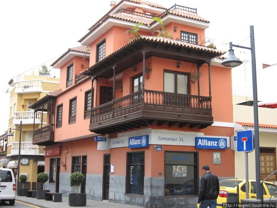 Calle San Felipe — красивый дом с балкончиками, а на другой стороне улицы — чуть впереди — ресторан La carta.