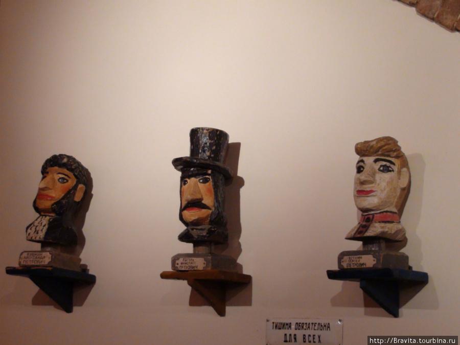 Бюсты Пушкина Александра Петровича, Гоголя Николая Петровича и Есенина Сергея Петровича.