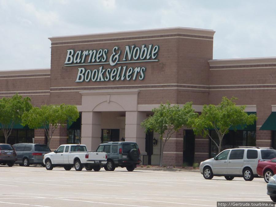 Книжный магазин, здесь можно просто сидеть и читать, в магазине много кресел для покупателей.