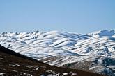 Именно из-за голов в Немруте, мы решили ехать через север. Держали путь на Malatya. Ехали по GPS с заранее скаченной картой всей Турции 2007 года. Перед самой Malatya повернули YeŞilyurt и поехали на юг. Весенние пейзажи равнин постепенно сменились картинками заснеженных гор.