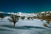 Мы уже не обращали внимание на отсутствие машин на дороге. Асфальтовое покрытие перешло в грунтовку, а затем перед самим перевалом дорога и вовсе была завалена небольшим количеством снега.