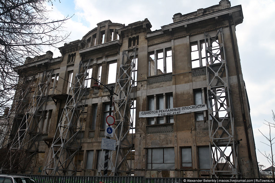 Многие делали замечание в комментариях, что в Одессе я не снял дом с одной стеной. Исправился, нашел такой же в Симферополе. Обратите внимание на надпись, про рекламу и приколы я уже писал выше.