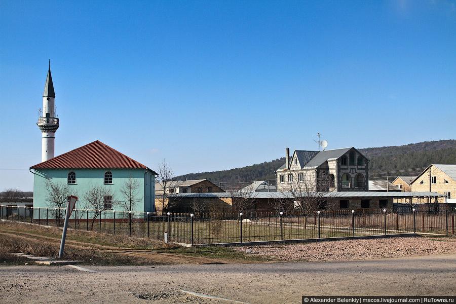 Влияние крымских татар все больше и больше. Правда, эту мечеть я помню еще с артековских времен, когда проезжали мимо на автобусах