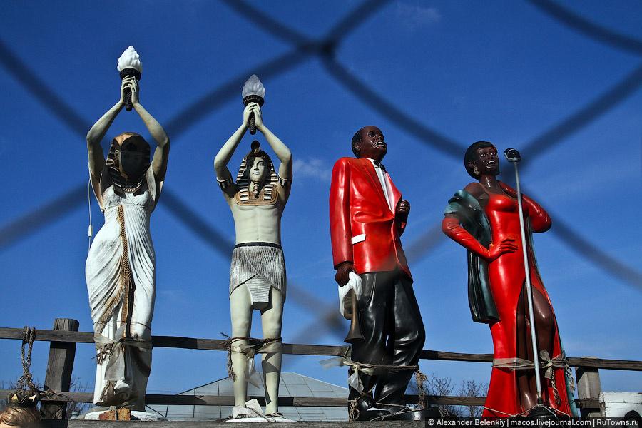 Другой пост будет о придорожных скульпторах. Ох, какие же там шедевры пластиковой скульптуры попадаются!