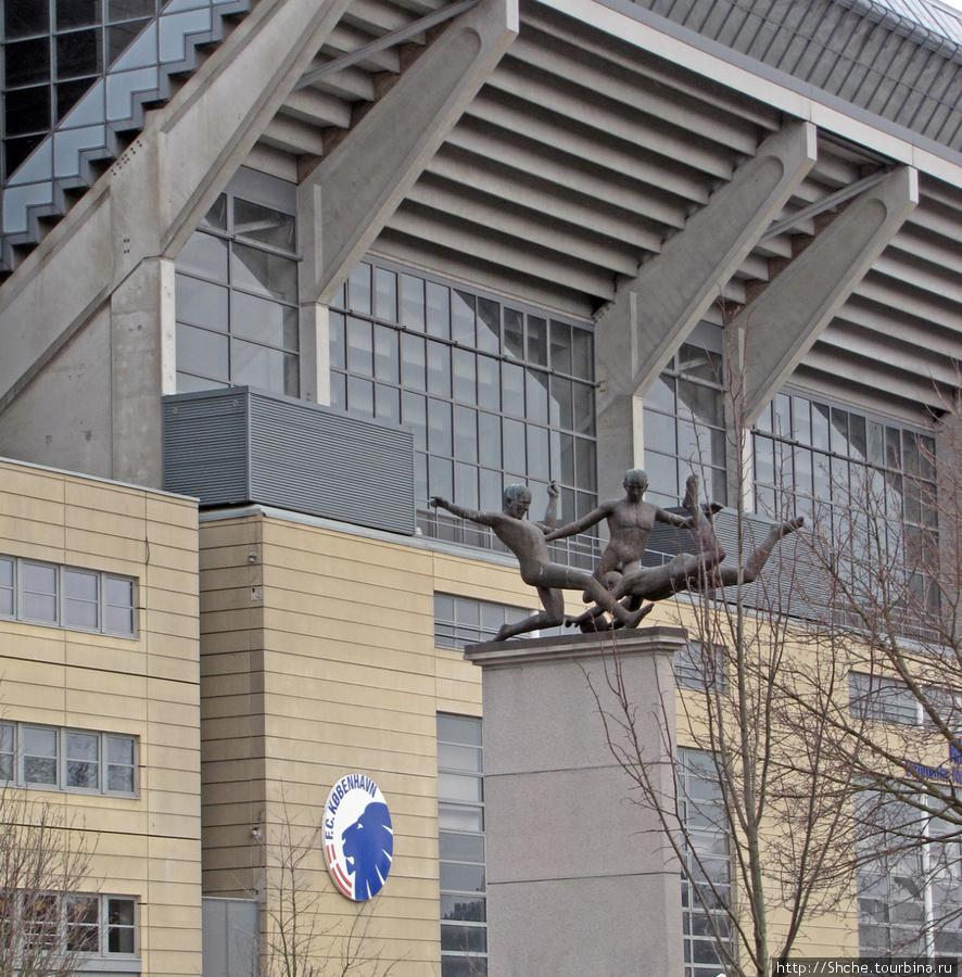 Памятник перед стадионом. Не понятно, но футболисты обнажены. Какая больная фантазия у скульптора.