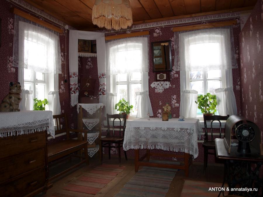 Музей школьных лет Гагарина. Гостиная дома, где он родился.