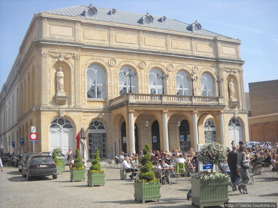 Здание театра и праздная публика