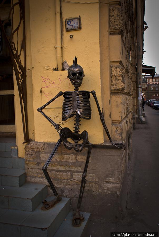 На углу сидит скелет