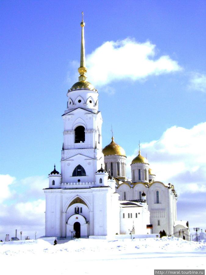 Князь Андрей заложил церковь каменную святой Богородицы. И украсил её дивно многоразличными иконами и дорогим каменьем без числа и сосудами церковными. И верх её позолотил