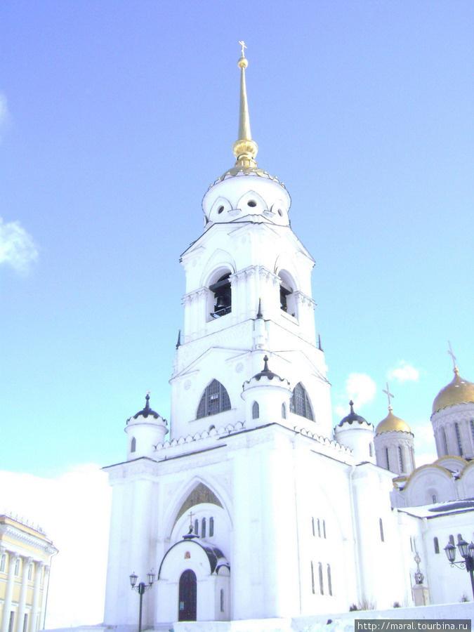 Ради исторической правды надо сказать, что великолепная колокольня перед собором была построена в начале XIX века