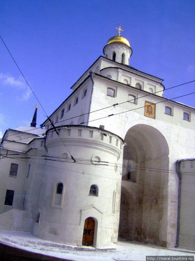 Князь Андрей Боголюбский город Владимир больший заложил и к нему построил ворота золотые