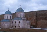 Церковь внутри крепости очень красивая и... уютная