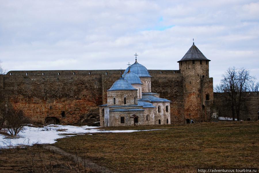 Никольская и Успенская церкви на территории Ивангородской крепости