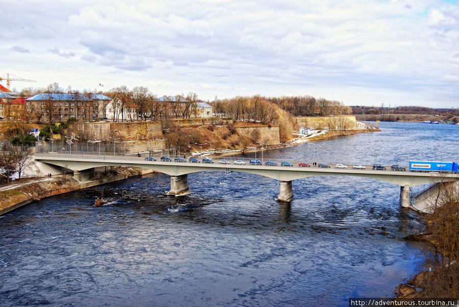 Мост Дружбы через Нарву. (справа Российский берег, слева — Эстонский)