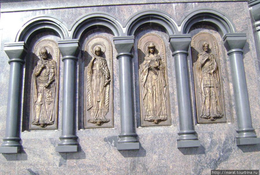 Бронзовые барельефы на постаменте посвящены святым угодникам Руси