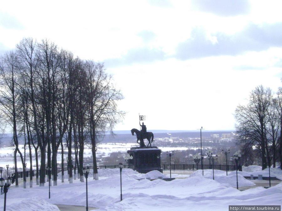 Вид на памятник крестителям Владимирской земли от Успенского кафедрального собора