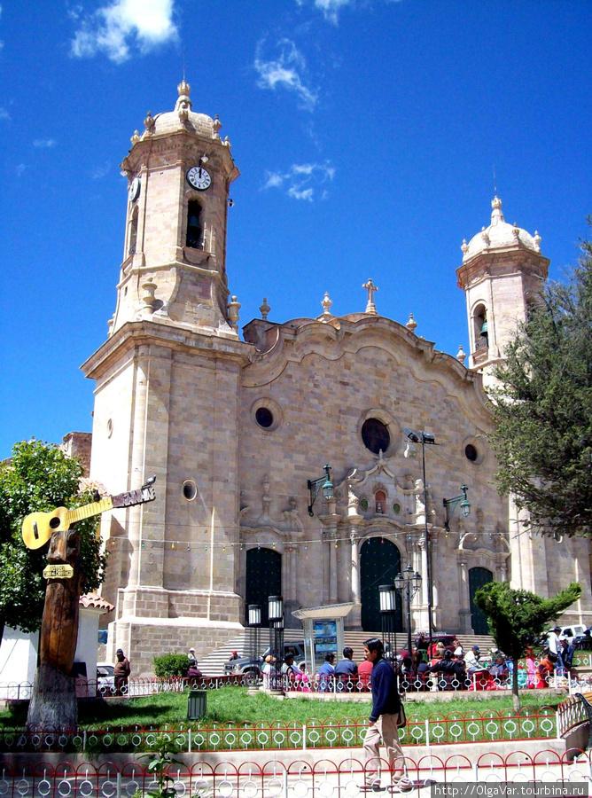 Кафедральный собор и памятник чаранго на Plaza 10 de Noviembre