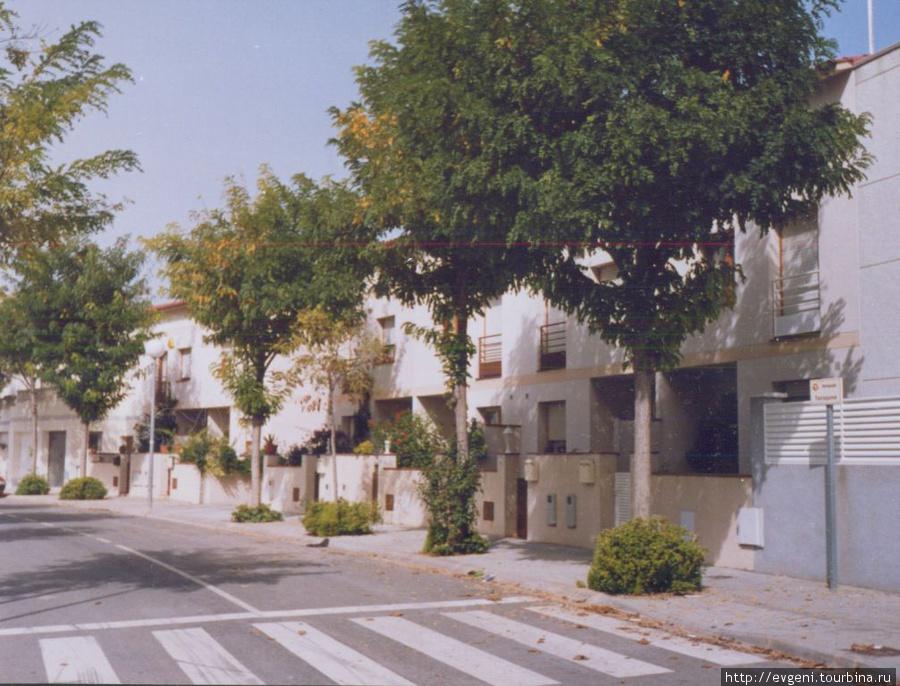 Л'Арбос — одна из улочек современного жилого квартала