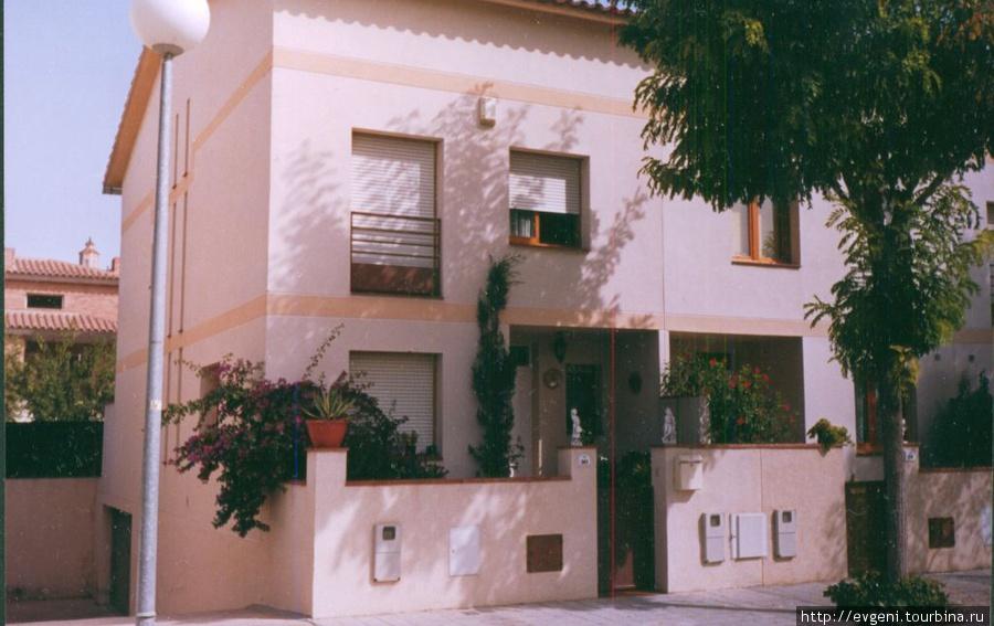Л'Арбос — самый обычный дом простых горожан...заботливо украшенный цветами