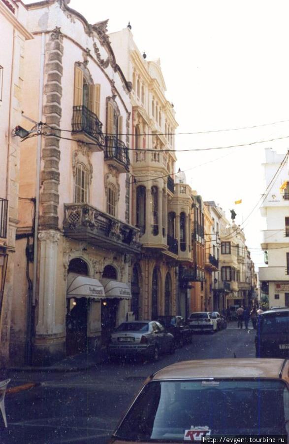 Л'Арбос-одна из старинных улочек, с красивыми особняками...