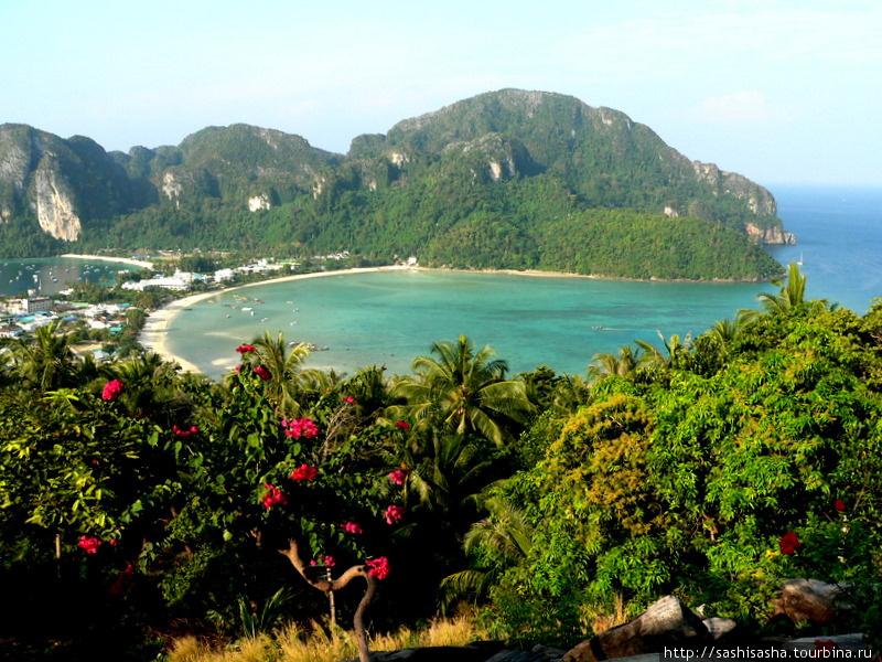Вид на пляж Тонсай со смотровой площадки.