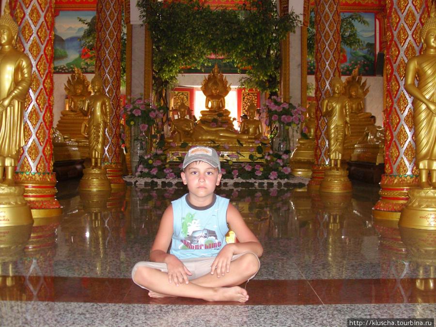 В храме тихо, чисто и завораживает.