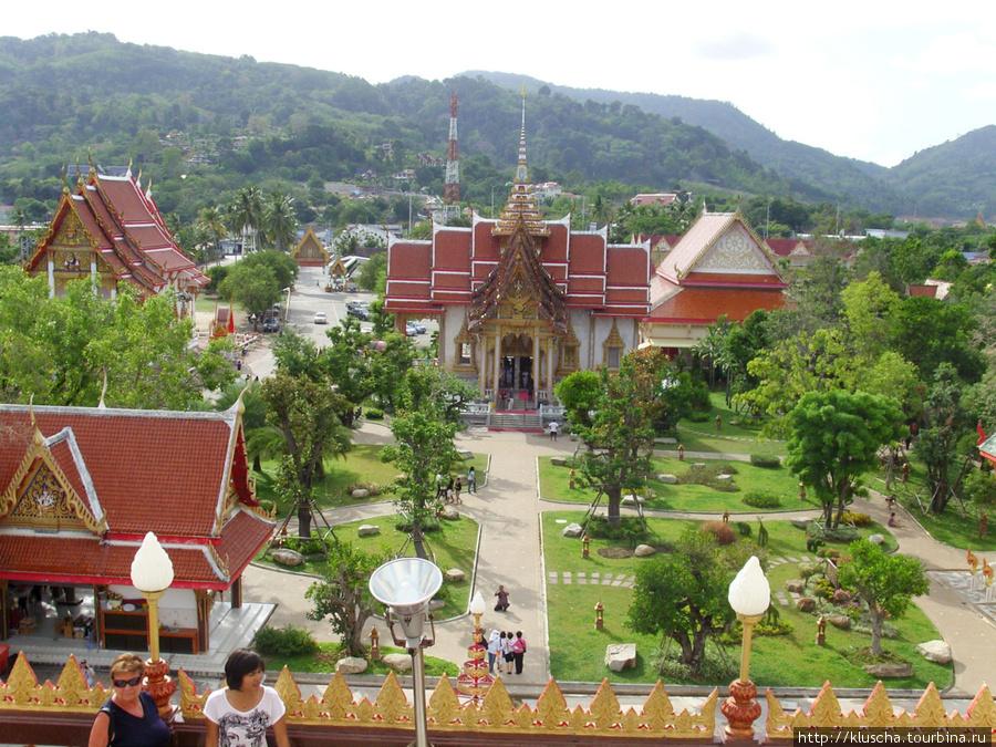 Вид сверху на площадь перед храмом.