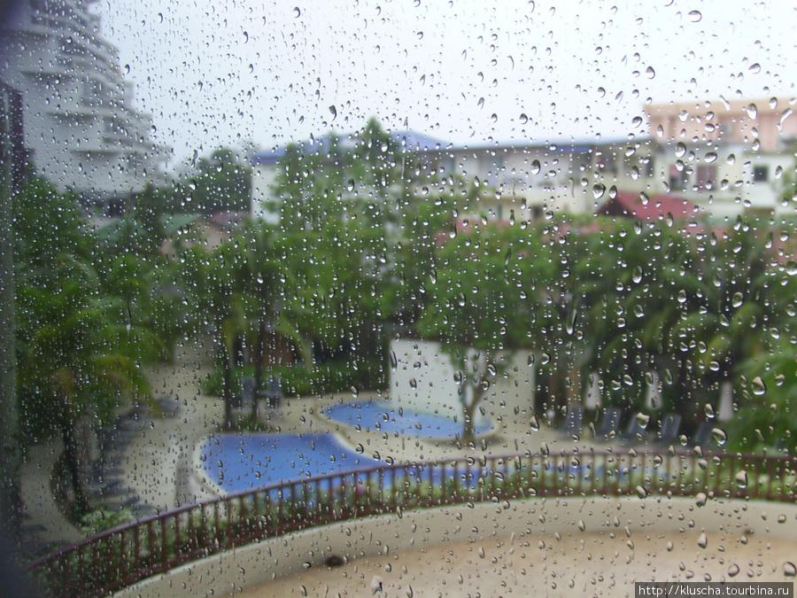 3 дня дождя подпортили конец отдыха. Пришлось наслаждаться купанием в бассейне оте6ля под дождем.