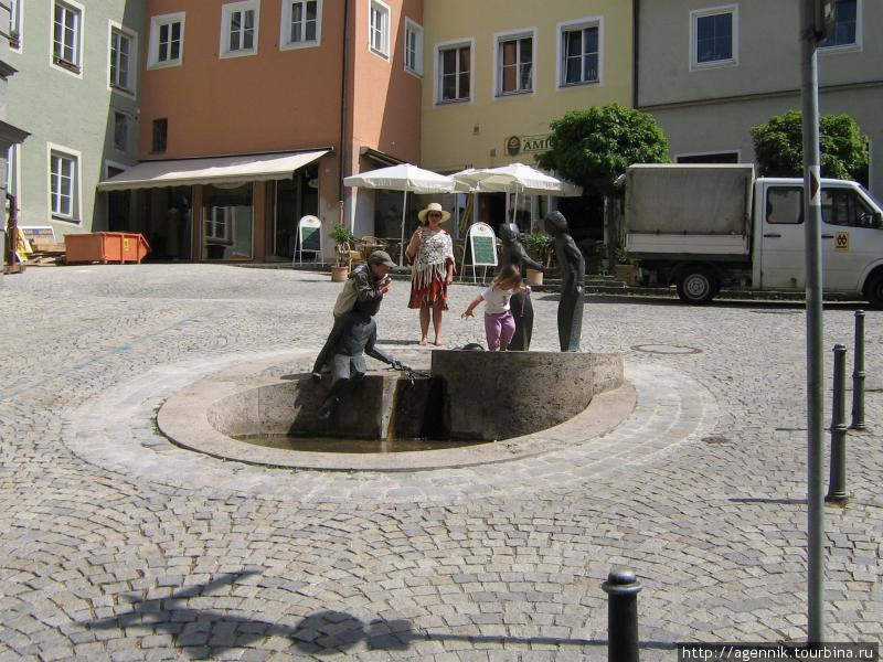 Фонтан на площади за башней