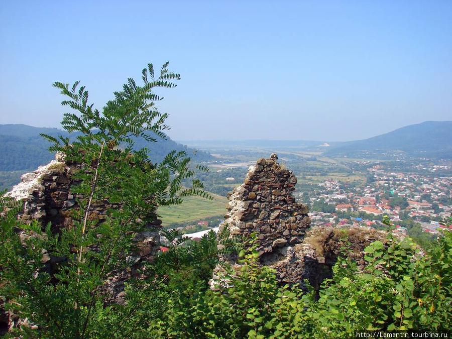 Вид на Хуст с развалин замка