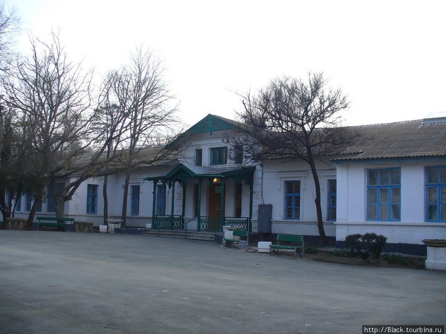 Лечебно-диагностическое отделение санатория «Саки». Сегодня работает. До революции здесь была гостиница (т.н. «новая гостиница»)