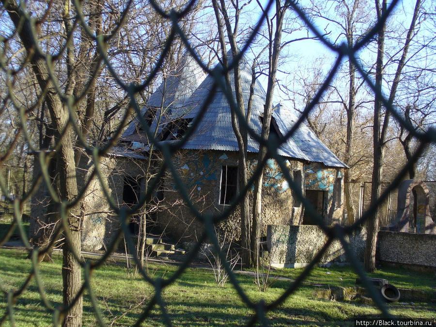 Какое-то невнятное здание за забором – судя по стилю, постройка последних лет