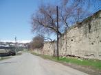 Стены крепости невысоки и предназначались, скорее, отбить стремительный набег горцев, чем долговременную осаду или масштабный штурм по всем правилам военной науки