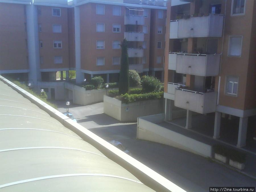 Вид из окна во двор