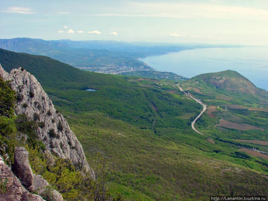 Вид с горы Парагельмен на Алушту