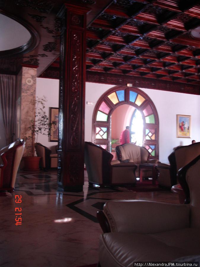 Холл отеля. Разноцветная арка — это вход