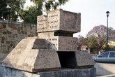 Памятник на берегу реки